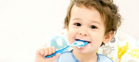 Крепкие кости и зубки: чем кормить малыша до 4х лет